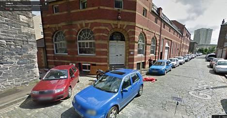 Kun Google aikanaan latasi kuvat Edinburghin katunäkymästä karttapalveluunsa, poliisi sai ilmoituksen epäilyttävästä tapauksesta Giles Streetillä. Autokorjaamon omistaja Dan Thompson makaa kuvan keskellä oranssissa haalarissa.