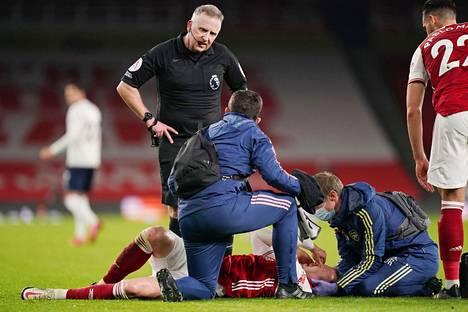 Arsenalin Rob Holding sai ikävän iskun päähänsä pelin loppupuolella.