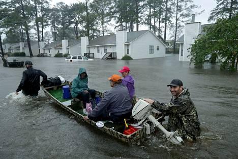 New Bernin kadut lainehtivat tulvaveden vuoksi ja paikoittain evakuointi onnistui vain veneiden avulla.
