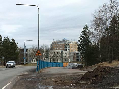 Simonkylässä sijaitsevan kerrostalon katolla on lukuisia tukiasema-antenneja.