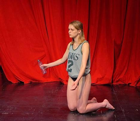 Margrét Sara Guðjónsdóttir tanssii teoksensa Spotted.