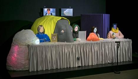 The   System   on tähän mennessä mittavimpia Estarriolan taidonnäytteitä. Teos valmistui jo viime vuonna Porin taidemuseon näyttelyyn. Maailmantilasta siinä keskustelevat ihmiset, eläimet ja esineet.