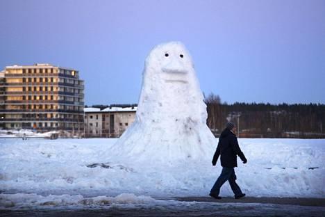 Lumimörkö vartioi ulkoilijoita Helsingin Viikissä maaliskuussa 2012.