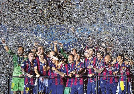 Barcelonan pelaajat juhlivat Mestarien liigan voittoa myöhään lauantaina Berliinissä. Barcelona oli edellisen kerran Mestarien liigan ykkönen vuonna 2011.