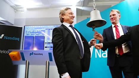 Harvia listautui pörssiin. Harvian entinen toimitusjohtaja Pertti Harvia ja nykyinen toimitusjohtaja Tapio Pajuharju soittivat kelloa Helsingin pörssissä kaupankäynnin alkamisen merkiksi.