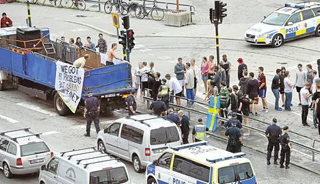 Opiskelijoita kuljettaneen kuorma-auton lava hajosi kesken ajon Tukholmassa 4. kesäkuuta. Yksi kyydissä olleista loukkaantui lievästi.