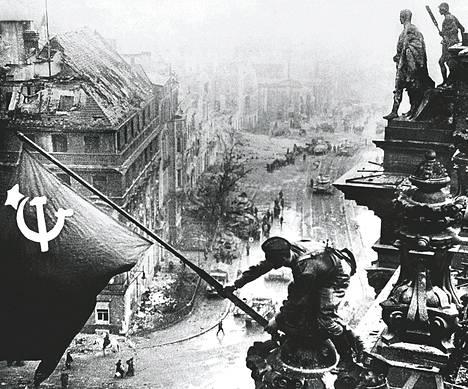 Neuvostoliitto nosti lippunsa Saksan valtiopäivätalon salkoon vallattuaan Berliinin toukokuussa 1945.