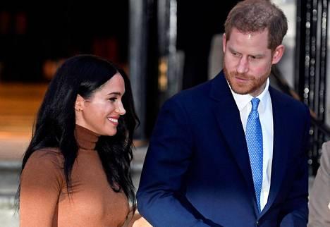 Herttuatar Meghan ja prinssi Harry ilmoittivat keskiviikkona vetäytyvänsä rooleistaan Britannian kuninkaallisen perheen ydinjäseninä.