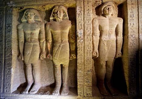 Wahtye-ylipapin haudassa on useita hyvin säilyneitä patsaita.
