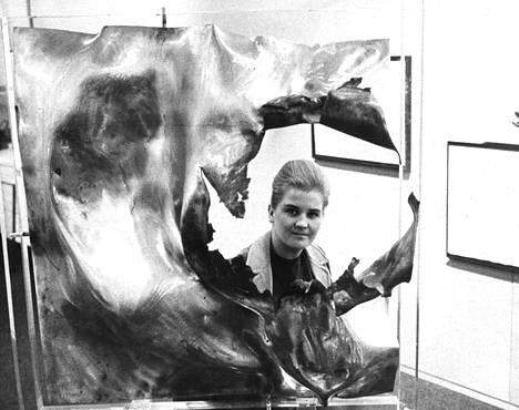 Laila Pullinen tunnetaan myös räjäytystekniikalla muokatuista kuparilevyistä. Kuva marraskuulta 1966