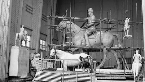 Aimo Tukiainen teki Mannerheimin ratsastajapatsasta ateljeessa Lauttasaaressa. Mallina hän käytti myös eläviä hevosia. Samassa tilassa Eila Hiltunen hitsasi myöhemmin Sibelius-monumetin.