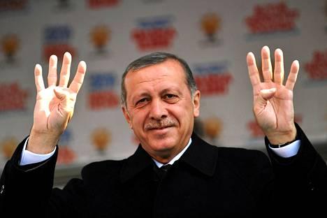 Turkin pääministeri Erdogan vilkutti mielenosoittajille Istanbulissa lauantaina.