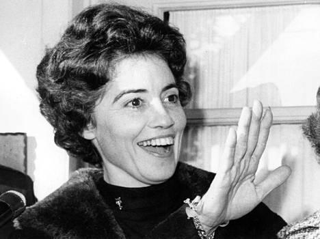 Annie Glenn miehensä kunniaksi järjestetyillä juhlilla 1960-luvulla John Glennin noustua maan kiertoradalle kiertämään maapallon ensimmäisenä yhdysvaltalaisena.