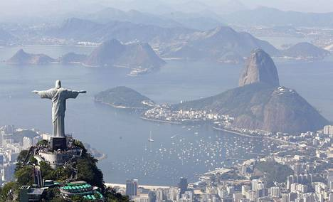 Kristus Vapahtaja -patsas seisoo Corcovadovuoren huipulla Rio de Janeirossa.