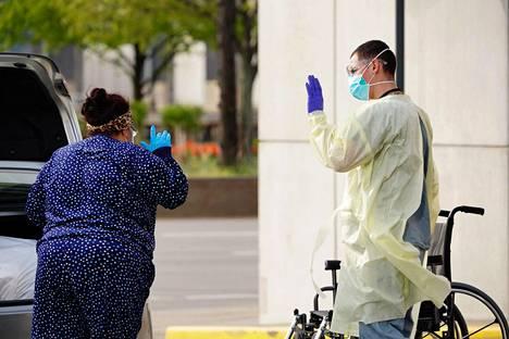 Koronapotilas pääsi sairaalasta tiistaina New Yorkissa.