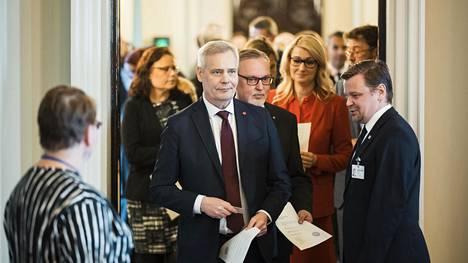 Vaalit voittaneen Sdp:n puheenjohtaja Antti Rinne toi valtakirjansa tarkastettavaksi tiistaina. Perjantaina eduskuntaryhmät todennäköisesti sopivat, että Rinteestä tulee hallitustunnustelija.