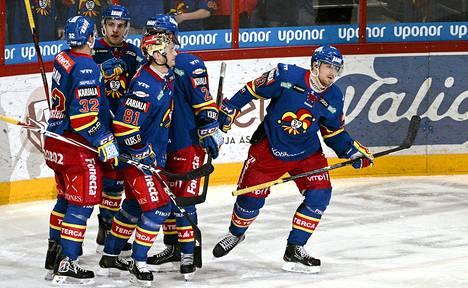Jokereiden Nichlas Hardt (oik.) sai onnittelut maalistaan jääkiekon SM-liigan ottelussa Jokerit - Lukko Helsingissä 5. maaliskuuta 2013.