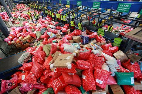 Työntekijät järjestelivät pakkauksia Kiinan Jiangsun maakunnassa marraskuun 11. päivä maailman suurimpina ympärivuorokautisena ostospäivänä, jota kutsutaan Singles Dayksi.
