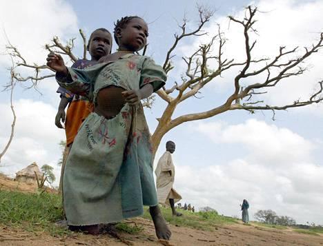 Lapset leikkivät vuonna 2004 Darfurin alueelle syntyneellä Araran pakolaisleirillä, jonka asukkaat kertoivat paenneensa arabien janjaweed-aseryhmiä ja aikovansa paeta rajan yli Tšadiin.