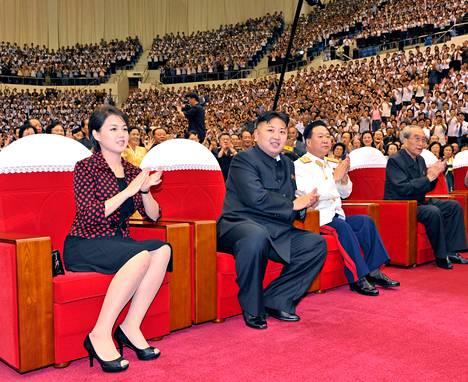 Ri Sol-ju ja Kim Jong-un seuraamassa Moranbong-yhtyeen esitystä Korean sodan päättymisen muistopäivänä järjestetyssä juhlassa viime heinäkuussa.
