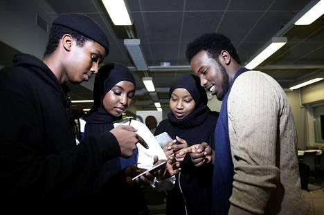 Helsinkiläiset Bilal Alin ja Halimo Dahir sekä Ruotsista nuorisovaihtoon tulleet Hani Abdirahman ja Abdi Qani Mohamed pohtivat työpajoissa, miten maahanmuuttajanuorten ongelmia voitaisiin ratkaista Euroopassa. Valokuvatehtävän avulla mietitään median valtaa.