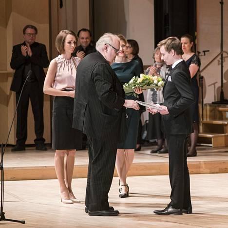 Ossi Tanner (oik.) sai palkintonsa Tampereen pianokilpailun tuomariston puheenjohtajalta Kimmo Hakolalta.