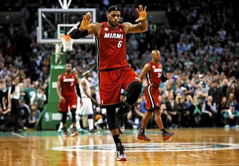 Miamin LeBron James tuulettaa nostettuaan joukkueensa Bostonia vastaan johtoon aivan ottelun loppuhetkillä.