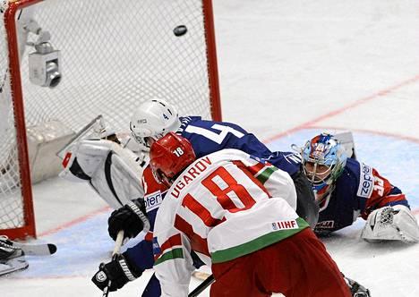 Valko-Venäjän Aleksei Ugarov laukoi voittomaalin Sloveniaa vastaan MM-kisojen alkusarjan pelissä sunnuntaina Tukholmassa.