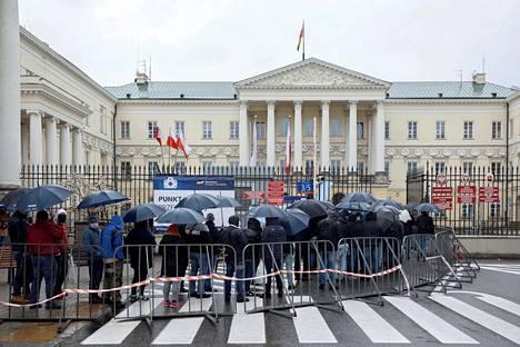 Varsovassa järjestettiin vappuviikonloppuna mobiili rokoteasema, johon puolalaiset jonottivat rokotusta hakemaan.
