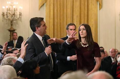 Valkoisen talon harjoittelija yritti ottaa mikrofonia CNN:n toimittaja Jim Acostalta presidentti Donald Trumpin tiedotustilaisuudessa keskiviikkona.