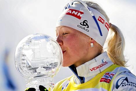 Kaisa Mäkäräinen pussasi maailmancupin voittopystiä Holmenkollenilla.