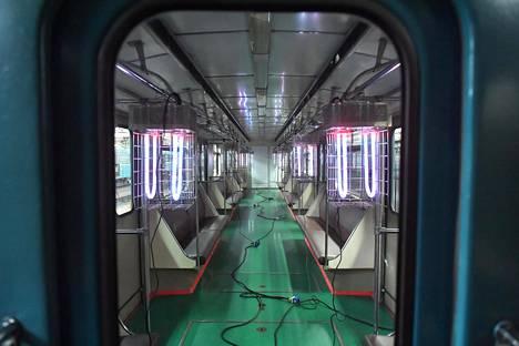 Moskovan metrossa ultraviolettilamppuja käytetään metrovaunujen desinfiointiin varikolla.