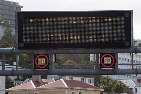 Kyltti moottoritiellä kiitti välttämättömiä työntekijöitä Wellingtonissa 20. huhtikuuta.