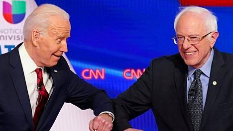 Demokraattipuolueen presidenttiehdokkaaksi pyrkinyt Bernie Sanders (oik.) ilmoitti maanantaina tukevansa Joe Bideniä.