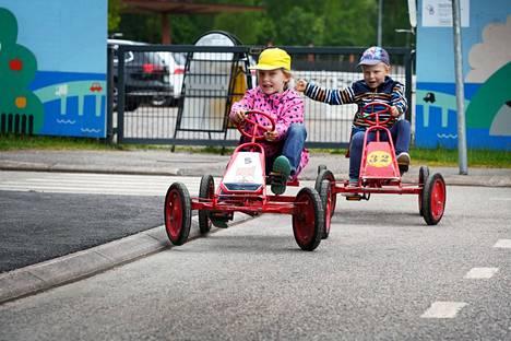Maija ja Eero Vuokko ajelivat polkuautoilla Lasten liikennekaupungissa.