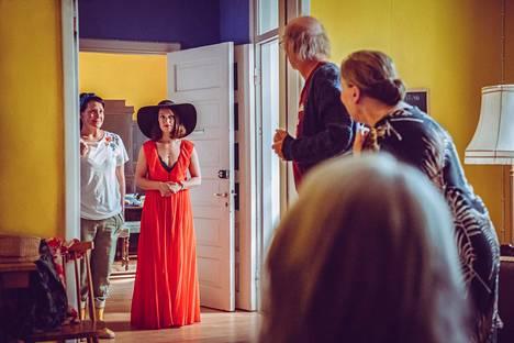 Vivian (Elsa Saisio, kesk.) palaa maailmalta kotiin Linda-siskon (Vuokko Hovatta, vas.) ja vanhempien (Vesa Vierikko ja Rea Mauranen) yllätykseksi.