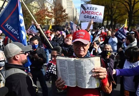 Presidentti Donald Trumpin kannattajat osoittivat mieltään Valkoisen talon edustalla Washingtonissa 13. marraskuuta.
