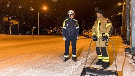 SSAB:n Raahen-tehtaan johtaja Jarkko Matkala ei vielä halunnut arvioida lakon taloudellisia vaikutuksia maanantaina, jolloin hän kohtasi tehtaan portin lähellä lumitöitä tehneen vuoropäällikkö Kimmo Jussiniemen Avarn Securitystä.