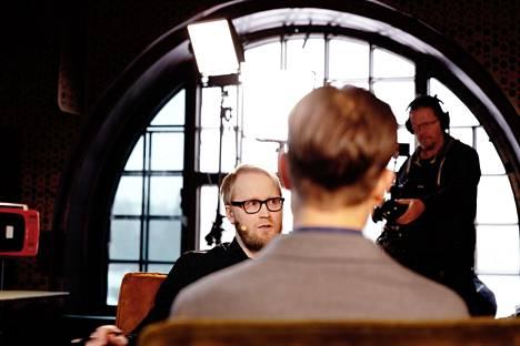 Vahvasta vastapäätä istuu toimittaja Pekka Juntti. Hän oli Perjantai-ohjelman vieraana kaksi viikkoa sitten.