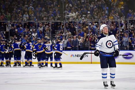 Winnipegin Patrik Laine katseli sivusta, kun St. Louis Blues juhli voittoaan