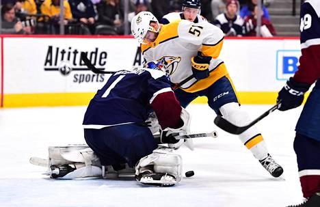 Tammikuun 21. päivä pelatussa ottelussa Austin Watson yritti survoa kiekon Coloradon maalivahdin Semyon Varlamovin vartioimaan maaliin.
