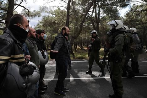 Lesboksen saaren asukkaat ja poliisi ottivat yhteen keskiviikkona lähellä aluetta, jonne on määrä rakentaa vastaanottotilat siirtolaisille.