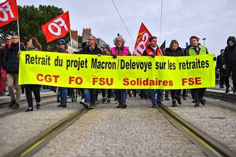 Ranskan ammattiliitot vastustavat rintamana eläkeuudistusta. Hallitus yrittää nyt iskeä kiilaa niiden väliin. Mielenosoitus Nantesissa lauantaina.