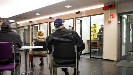 Lukuisat Helsingin Sanomille kirjoittaneet ihmiset kertovat äärimmäisestä ahdingosta. Helsingin Kampissa Kelan toimisto oli ruuhkainen keskiviikkona.