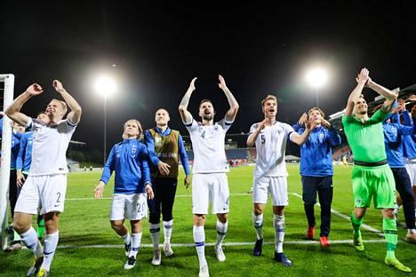 Huuhkajat antavat kiitoksensa kannattajilleen Turussa Liechtensteinia vastaan voitetun ottelun jälkeen.