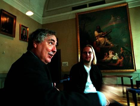 Manuel Castells (vas.) ja Pekka Himanen tapasivat Vanhalla ylioppilastalolla vuonna 2001. Castells kuuluu Himasen tutkijaryhmään.