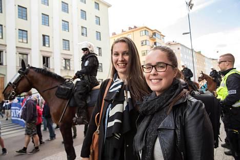 Saara Haapasaari (vas.) ja Kristiina Kallio toivoivat tiistaina vahvaa tunnelmaa mennessään katsomaan Stadin derbyä eli HIFK:n ja HJK:n välistä jalkapallon paikallisottelua.