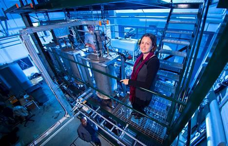 Sanni Eloneva oli käynnistämässä ja Arshe Said (alh.) rakentamassa PCC-reaktoria Aalto-yliopiston energiatekniikan laitoksessa. Kuvassa myös tutkimusapulainen William Zappa.