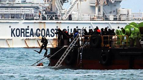 Sukeltaja hyppäsi mereen Sewol-laivan turmapaikalla huhtikuun lopulla. Laiva oli tiettävästi viimeisellä matkallaan vaarallisesti ylilastattu.