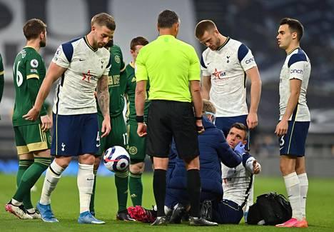 Tottenhamin Giovani Lo Celso koki kovia Valioliigan sunnuntain myöhäisottelussa, kun Sheffield Unitedin John Fleck astui hänen päänsä päälle.
